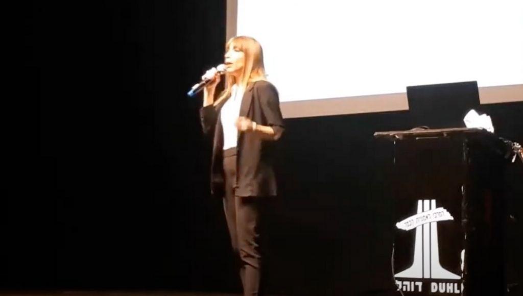 טלי אנגור בהרצאה בכנס ״העתיד כבר כאן״ במרכז דוהל בתל-אביב